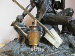 Ancien groupe en bronze sculpture en bronze décor d'un jeune jardinier. Arrosoir