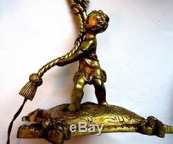 Angelot tenant une lampe de table en bronze Napoléon III tulipe verre opalescent