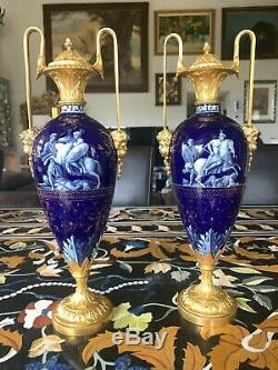 Exceptionnelle Paire De Vases Couverts En Bronze Doré Et Porcelaine Peinte