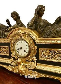 Importante pendule Napoléon III en bronze, aux femmes à lantique. Mouvement sig