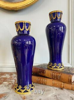 Paire De Vases D'époque Napoléon III En Porcelaine Ornée De Bronze Doré