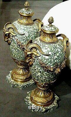Paire de vases couverts en bronze et marbre, têtes de Bélier XIXème