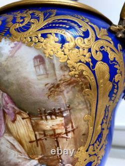 Paire de vases en porcelaine et bronze doré
