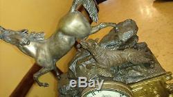 Pendule aux cheval et le loup en bronze