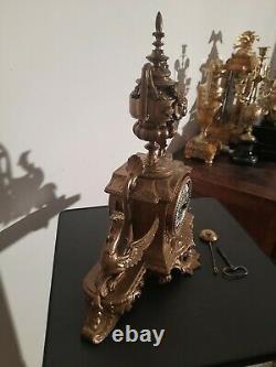 Pendule dorée. No bronze