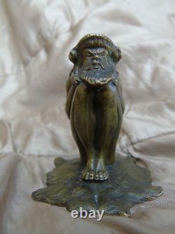 Superbe Bronze Ancien Faune Assis Sur Une Peau D'ours Jambes Pliees XIX