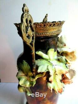 Vase céramique, barbotine sculptée de roses, anses et pied bronze, Napoléon III